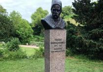 Посольство Украины в Дании сообщило на своей странице в Facebook, что в ночь перед игрой сборных Дании и России на Евро-2020 в Копенгагене неизвестные раскрасили памятник украинскому поэтому Тарасу Шевченко, установленный в этом городе, в цвета российского флага