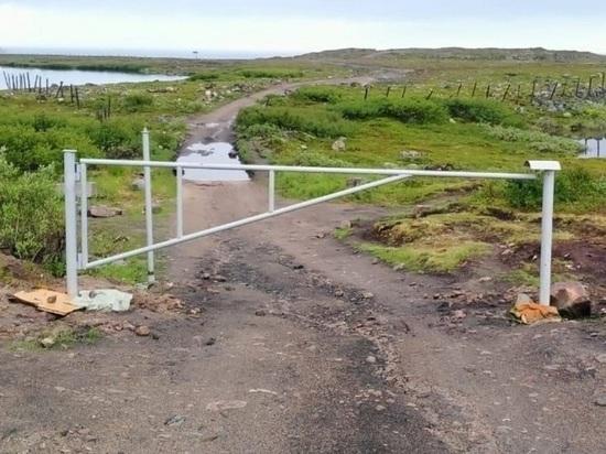 В Териберке шлагбаумом перекрыли дорогу к водопаду