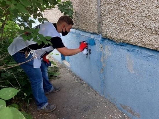 На Алтае молодые активисты закрасили 100 надписей с рекламой наркотиков