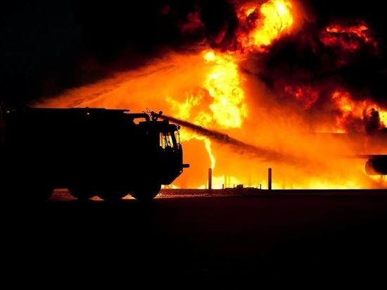 Гараж с автомобилем и баня горели в Псковской области