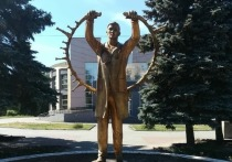 В Челябинске установили бронзовый памятник врачам, спасающим от коронавируса