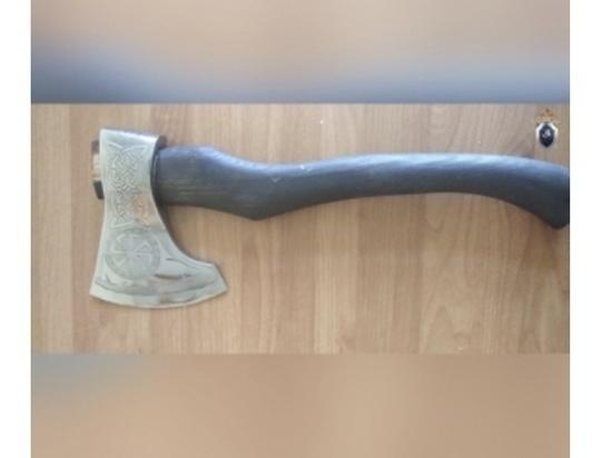 В Дзержинске мужчина напал на прохожего с топором