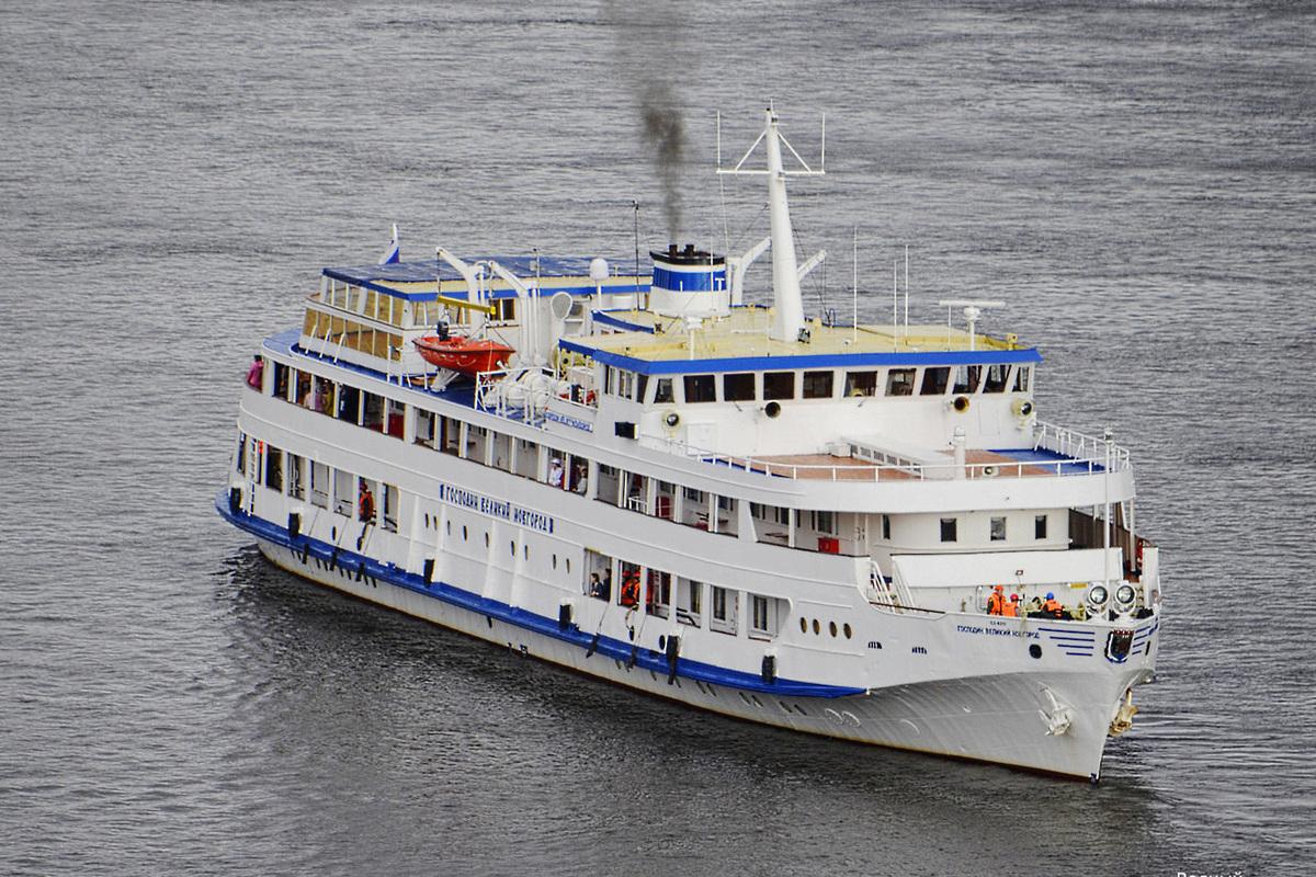 «Господин Великий Новгород» идет по Ладоге с костромскими курсантами на борту