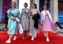 Платья в пол, блестки и рюши больше не привлекают юных москвичек, готовящихся к выпускным