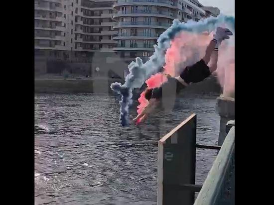 Петербуржец устроил фаер-шоу с прыжком в Неву