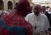 К Папе Римскому пришел Человек-паук с подарком