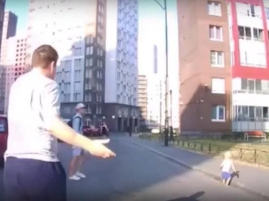 Под Петербургом младенец выполз на проезжую часть