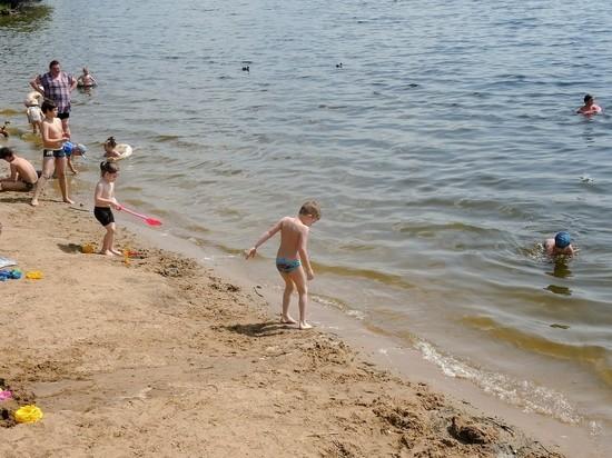 В Нижнем Новгороде местные жители продолжили отдых на пляже после того, как вытащили из воды тело 20-летнего утопленника