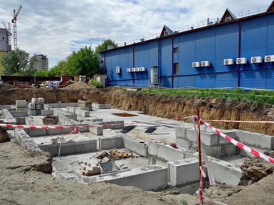 Новый дом начали строить посреди дороги в Барнауле