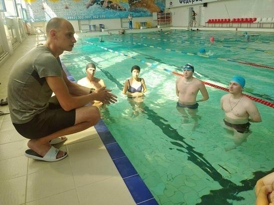Костромских тренеров по плаванию учили спасать утопающих