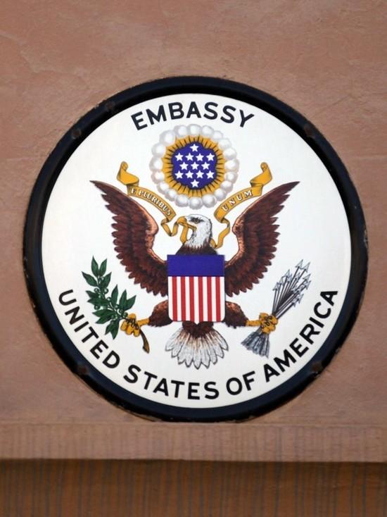 На здании посольства США в Москве вновь появился радужный флаг