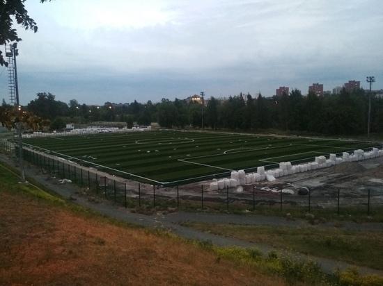 На стадионе «Юность» в Петрозаводске стелят новый искусственный газон