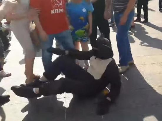 Антипрививочники на митинге в Москве избили Чебурашку