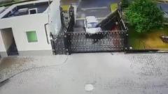 Момент тарана ворот посольства России в Минске попал на видео