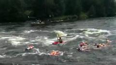В Ленинградской области прошел заплыв по реке на резиновых женщинах