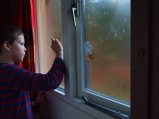 Следователи оценят действия родителей, чьи дети выпали из окна на Сахалине