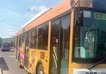 Пассажир напал на кондуктора читинского троллейбуса после требования надеть маску в салоне