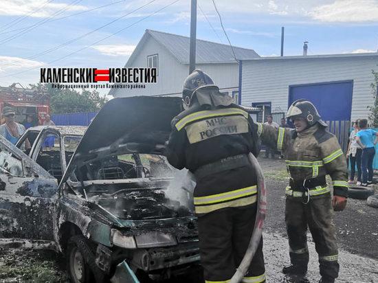 В Камне-на-Оби водитель выскочил из горящего автомобиля