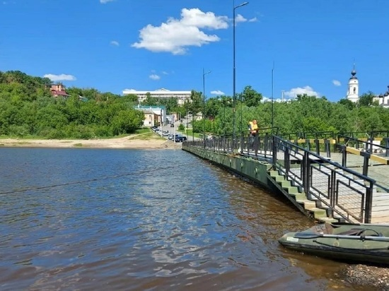 В Калуге понтонный мост очистили от грязи