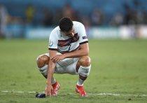 Португалия проиграла Бельгии в 1/8 финала чемпионата Европы, и 36-летний Криштиану Роналду вместе со всей командой сложил полномочия чемпиона. Удивительно, но в этот раз он не плакал, и только в ярости сорвал капитанскую повязку. А ведь Роналду может уже не сыграть больше на чемпионате Европы, потому что к следующему турниру ему будет уже 39 лет.