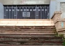 Рабочие приступили к ремонту лестницы одной из школ Серпухова
