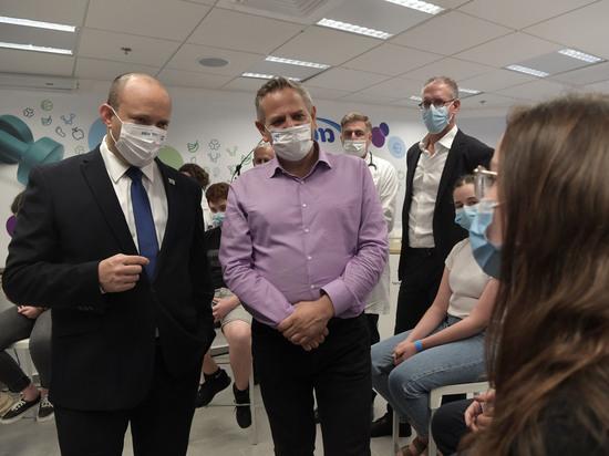 Нафтали Беннет посетил центр вакцинации больничной кассы