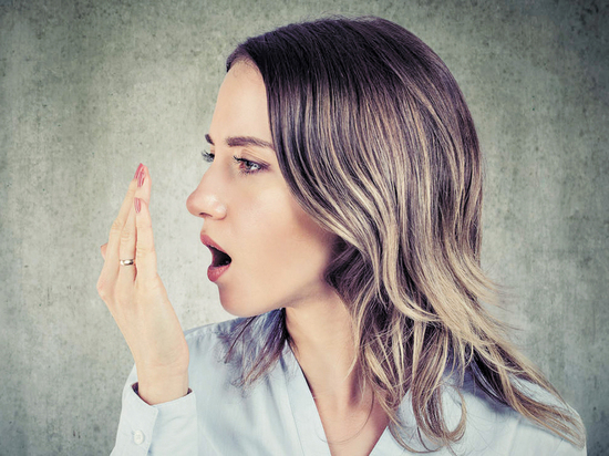 Врачи назвали семь причин появления неприятного запаха изо рта