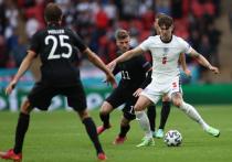 Матч Англия – Германия, который прошел на «Уэмбли», завершился победой команды Гарета Саутгейта, для которой многое на этом турнире в этой встрече случилось впервые. Впервые англичане забили больше одного мяча, впервые это удалось сделать в составе «львов» кому-то, кроме Рахима Стерлинга. Впервые британцы на протяжении почти всей игры смотрелись предпочтительней соперника. «МК-Спорт» рассказывает подробности битвы на «Уэмбли», где немцы проиграли впервые с 1975 года.