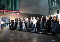 Акцию с таким названием провели артисты хора театра «Геликон-опера» на Ленинградском вокзале