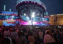В ночь на 26 июня в Петербурге чествовали выпускников школ. Праздник прошел в традиционном формате — с толпой людей на Дворцовой площади и набережных, что повергло россиян в шок. Мнения врачей отом, чем обернется празднование «Алых парусов», разделились.