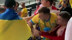 Видео драки украинских фанатов с российским болельщиком появилось в Сети