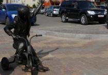 Бронзовую фигуру мальчика на трехколесном велосипеде, который машет рукой такому же бронзовому дяде Степе, наконец отремонтировали в Раменском