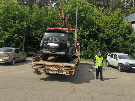 В Барнауле эвакуировали автомобили с инвалидных парковок