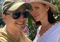 Сергей Безруков показал из Сочи фото беременной жены