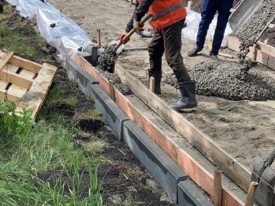 В Мизюлинской роще Барнаула начали ставить новый поребрик