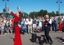 """Днём перед четвертьфинальным матчем Евро-2020 Испания - Швейцария, который начался на """"Газпром-арене"""" в Петербурге в семь вечера в городе было немного болельщиков - в фан-зоне на Конюшенной было почти пусто"""