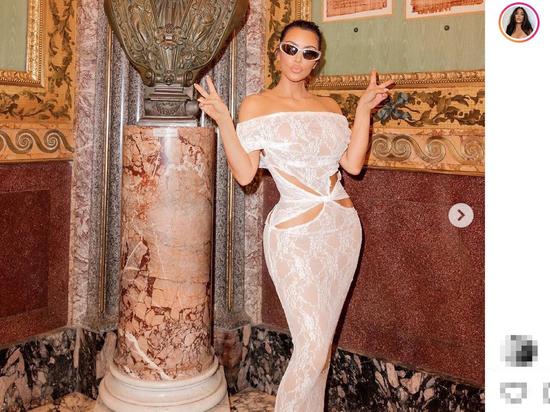 """Ким Кардашьян оправдалась за """"голое"""" платье в гостях у папы римского"""