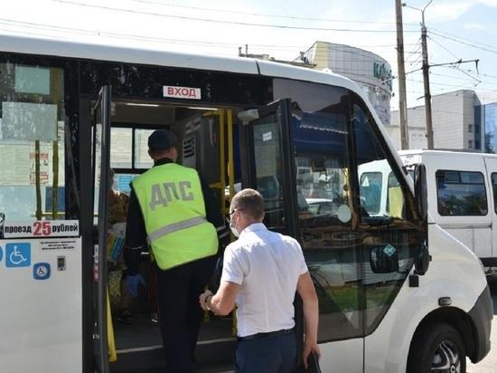 В Барнауле проверили, как носят маски в автобусах