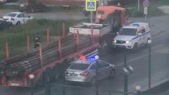 «Как в боевике»: КамАЗ протаранил полицейский внедорожник на дороге в Салехарде