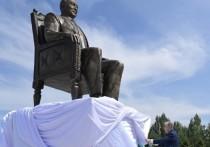 В столице Казахстана открыли еще один прижизненный памятник Назарбаеву