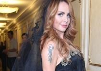 Менеджер певицы Максим (Марина Максимова) Яна Богушевская рассказала новости о состоянии артистки, ранее госпитализированной с пневмонией и подозрением на заражение COVID-19