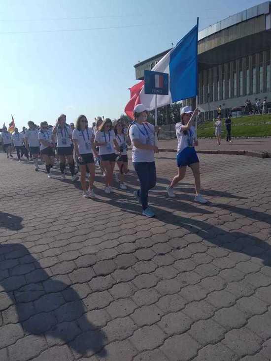Парад спортсменов из 30 стран прошел по центру Томска в воскресенье