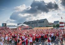Сборная Англии сыграет в полуфинале Евро-2020 против Дании 7 июля. Матч пройдет на стадионе «Уэмбли» в Лондоне, и пока ожидается, что никаких фанатов, кроме проживающих в Британии, там не будет. Главный тренер сборной Дании Каспер Юльманн предложил премьер-министру Борису Джонсону «проснуться» и подумать о том, чтобы разрешить въезд поклонникам его команды. Иначе у английской команды будет слишком большое преимущество. «МК-Спорт» рассказывает о перспективах предложения Юльманна.