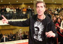 Рок-певец, лидер группы «Ногу Свело!» Максим Покровский обратился в полицию с заявлением на поп-певца Диму Билана