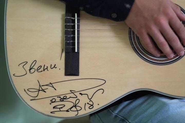 Депутаты Костромской областной Думы передали Кадыйской школе искусств раритетную гитару от губернатора