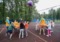 Идет второй месяц лета, лагерная кампания в разгаре, но уже сейчас стало понятно, что, несмотря на предпринимаемые меры, коронавирус не собирается обходить стороной места массового отдыха детей