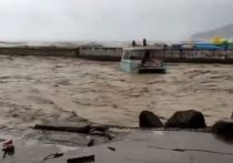 Два дня непогоды превратили сочинские улицы в реки с плывущими машинами