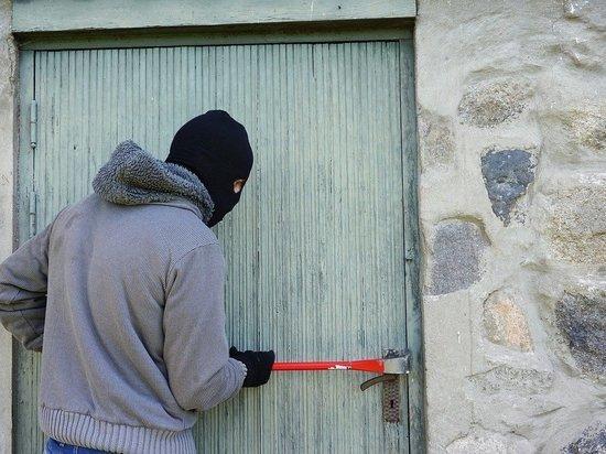 Под Бийском мужчина украл из сарая газовую плиту, бензотриммер и самокат
