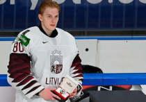 24-летний голкипер сборной Латвии и «Коламбуса» скончался после падения на бетон. Месяц назад Маттис Кивлениекс вписал свое имя в историю латвийского хоккея, впервые сыграв с Канадой «на ноль». «МК-Спорт» расскажет о трагедии.