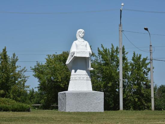 Глава Марий Эл осмотрел ремонтирующуюся скульптуру «Хлеб-соль»